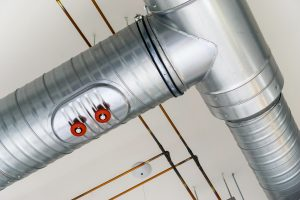 Silber glänzendes Metall-Lüftungsrohr mit Abzweig