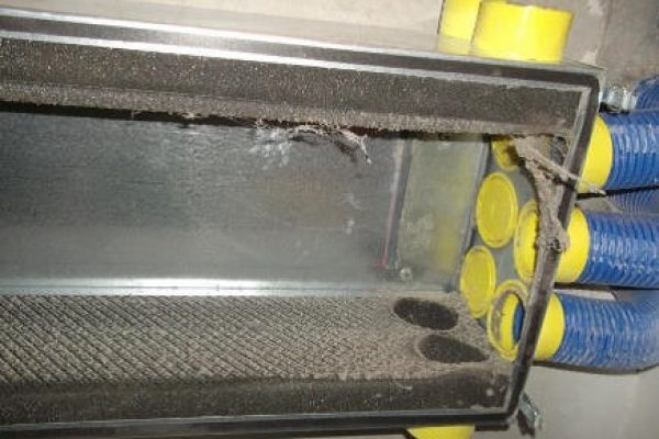 Verteilerbox-vorher_Proper-Wohnraumlueftung-Reinigung-Kontrolliert-Lueftungsreinigung